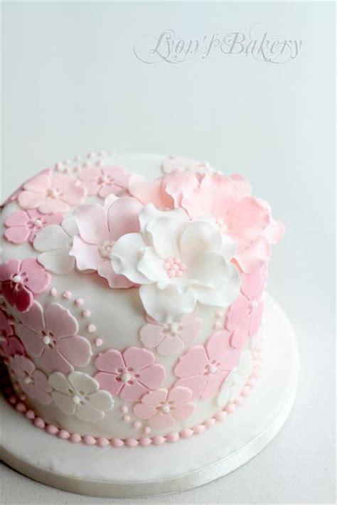 Cake Decorating Fondant Flowers by Best 25 Fondant Flower Cake Ideas On Pretty