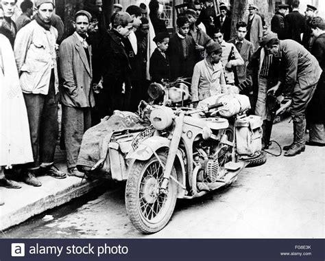 Motorrad Mit Beiwagen Wehrmacht by Die Ns Propaganda Bild Zeigt Einheimische Neben Einem Bmw
