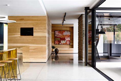 Beau Peinture Pour Cuisine En Bois #3: maison-contemporaine-design-toit-plat-toute-grise-cuisine-mur-bois-lambris-moderne-baies-vitrees-sol-beton-cire-gris-toile-peinture-oeuvre-art.jpg
