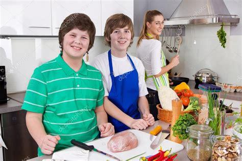 madrastra con su hijo en la cocina madre cocinando con sus hijos en la cocina vida familiar