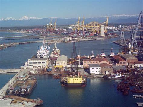 porto di livorno incidente sul lavoro al porto di livorno ferito operaio