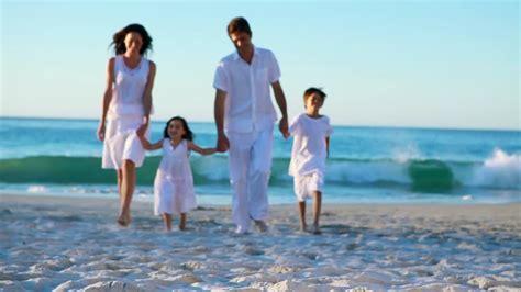 imagenes hd vacaciones familia relajarse vacaciones en la playa hd stock