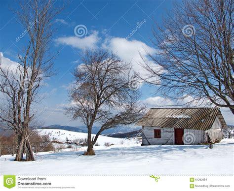 cottage montagna giorno di inverno e soleggiato con neve e cottage