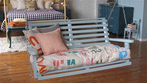 Kursi Ayunan eksentrik letakkan furnitur outdoor ini di dalam rumah