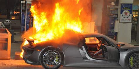 Une Porsche 918 Spyder prend feu dans une station service