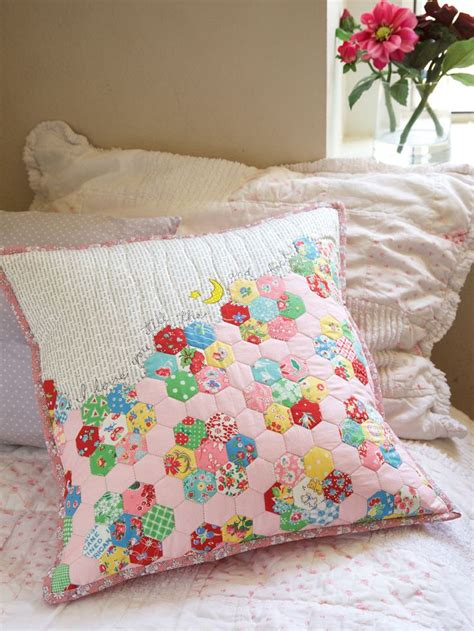 Patchwork Pillow Patterns - i you to the moon and back easy hexie pillow free