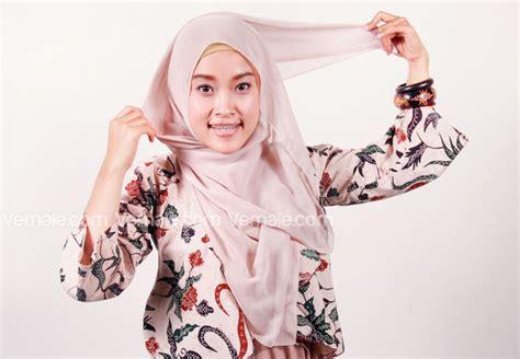 wow ini dia 5 langkah cara membuat lipstik alami fashion gaya jilbab segi empat dengan korsase bunga