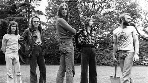 genesis gabriel flashback gabriel reunites with genesis in 1982
