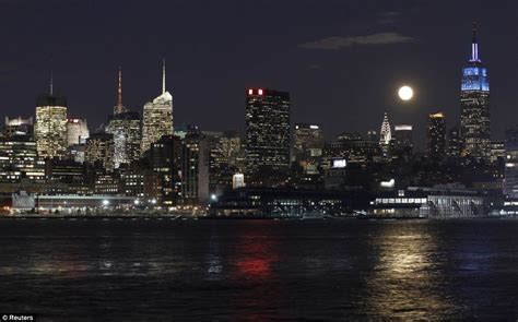 moon house nyc moon over manhattan striking blood red sphere pictured over new york daily mail online