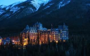 Lights In The Park アルバータ州バンフ国立公園 カナダ 山 ホテル 木 夜 ライト 壁紙 1920x1200 壁紙ダウンロード