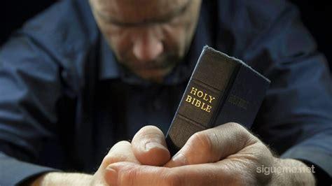 imagenes de personas reunidas orando imagenes adorando a dios related keywords imagenes