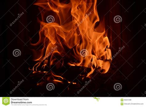 fuoco nel camino fiamme feroci fuoco nel camino fotografia stock