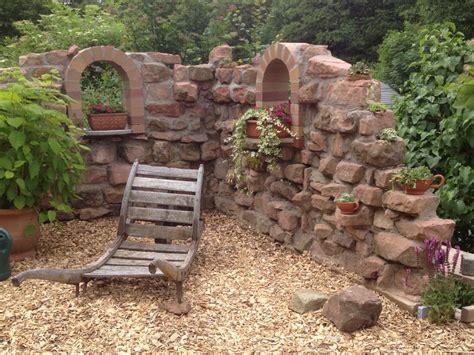 ruinenmauer mit fenster ruinen deko mauer aus alten sandsteinen garten