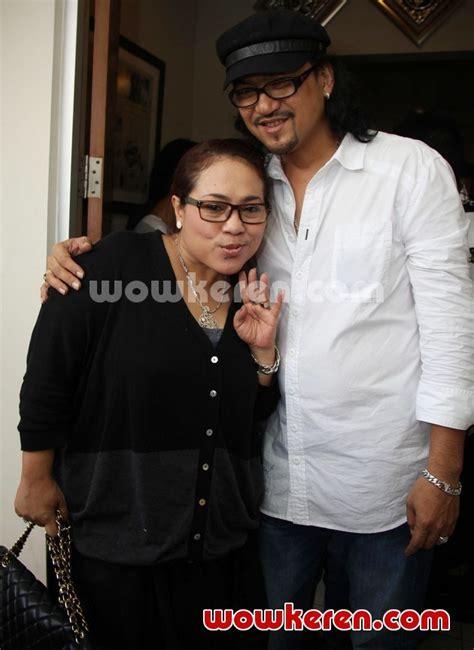 Baju Band Gugat foto nunung dan iyan sambiran saat ditemui di kantor pengacara foto 9 dari 18