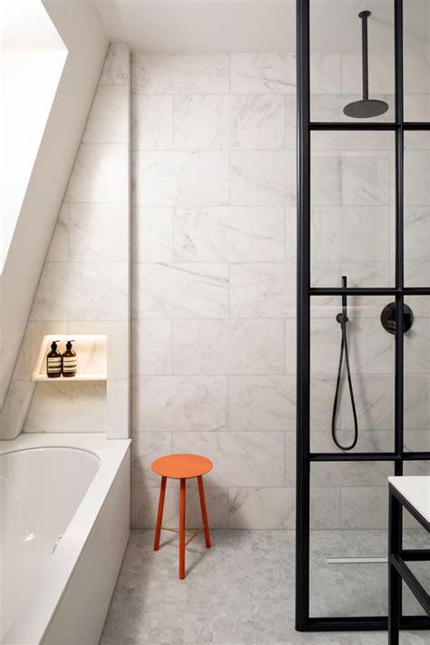badkamermeubel hout en staal hout staal en marmer vormen in deze badkamer een mooie