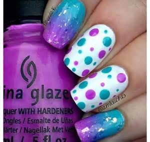 imagenes uñas decoradas moradas purple white and blue polka dot nails nailed it