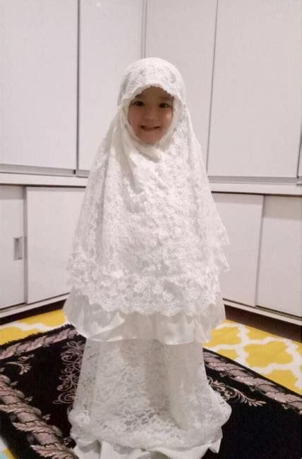 Makin Ayu Cantik Mukena Turquoise foto menggemaskan bilqis putri ayu ting ting pose memakai