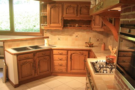 r駭 une cuisine en ch麩e relooker sa cuisine en chene massif affordable