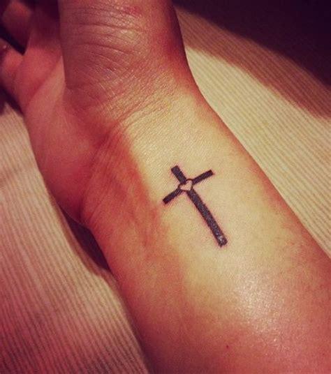 tattoo inspiration kreuz foto kreuz tattoo auf der innenseite des handgelenks