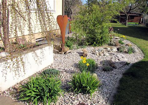 kiesbeet anlegen wie tief wie vergr 246 223 ern sich pflanzen in kiesbeeten mit folie vlies