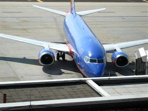 southwest airlines 737 700 arriving at gate a4 at cmh with thrusters