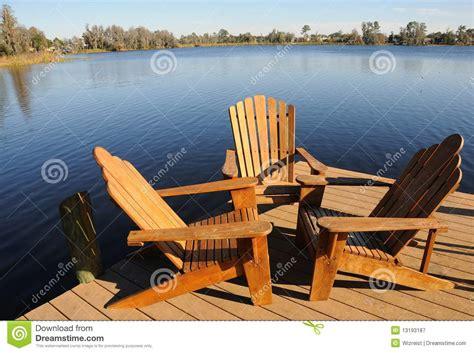 poltrone di legno poltrone di legno dal lago immagine stock immagine di
