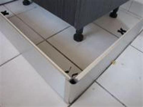 plinthes de cuisine pose de plinthes alu sur support pvc