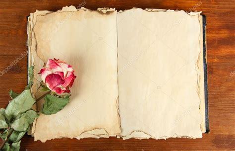 imagenes de rosas sobre libros libro viejo abierto y rosa sobre fondo de madera fotos
