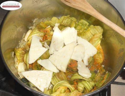 cucinare i fiori di zucchina spaghetti alla chitarra con fiori di zucchina e pecorino