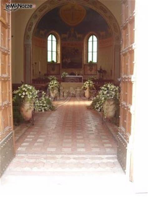 le tue piene di fiori allestimento della chiesa per il matrimonio con anfore