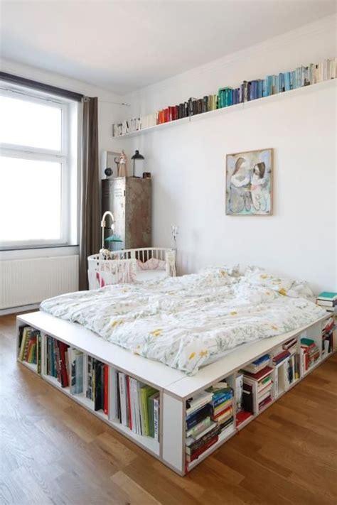 ausgefallene schlafzimmer ausgefallene idee f 252 r mehr stauraum das b 252 cher bett