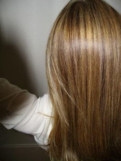 dunkle straehnen auf blondem haar
