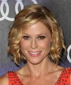 modern family hairstyles julie bowen medium wavy formal hairstyle medium blonde