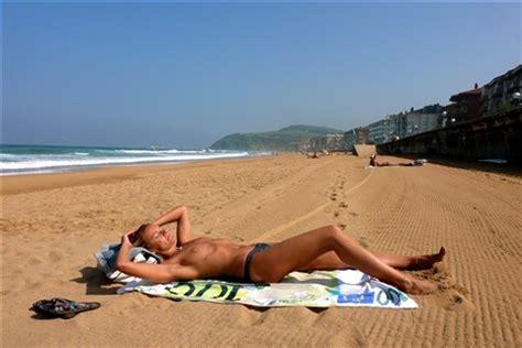 alain convard relaxing at the beach: rollingvelvet
