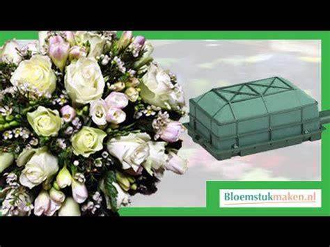 bloemstuk pasen met gekleurd steekschuim en eierschalen 58 25 mb bloemstuk pasen met gekleurd