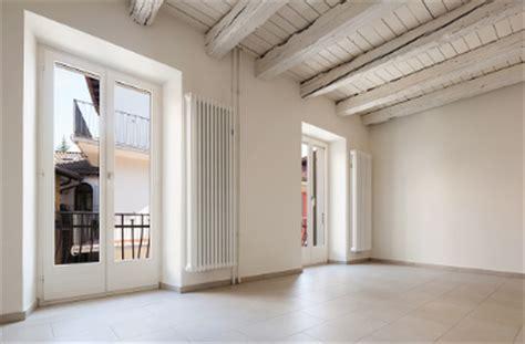 soffitto con travi in legno trasformare le travi in legno soffitto con l uso