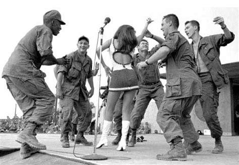 raquel welch vietnam photos raquel welch south vietnam 1967 bob hope sixties retro