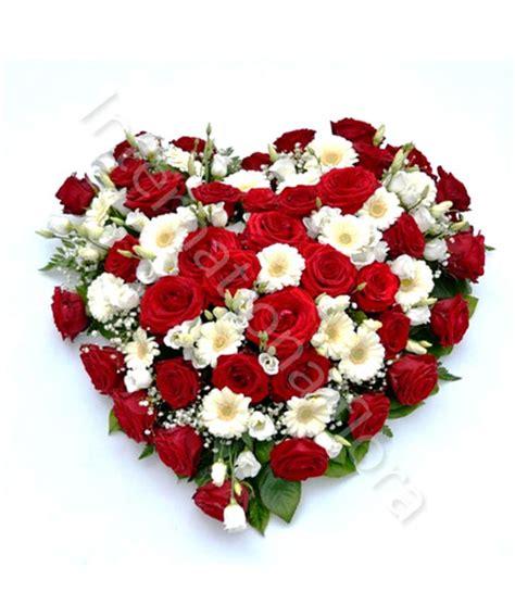 e fiori cuore di rosse e fiori bianchi