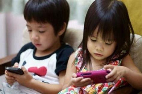 membuat anak tan 5 kebiasaan kids jaman now kalau sedang pegang smartphone