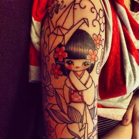 tatuaggi geisha con fiori tatuaggi in stile le kokeshi dolls