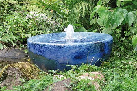 keramikbrunnen garten gartenbrunnen materialien gartenbrunnen