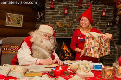 imagenes de santa claus leyendo cartas foto pap 225 noel escribiendo cartas con la ayuda de un elfo
