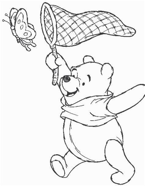 disegni da colorare winnie the pooh insegue farfalla