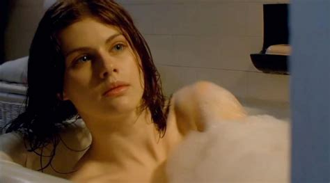 hollywood bathroom scene 5 ravishing actresses from horror movies page 5 of 5