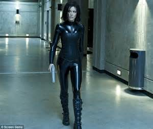 film action underworld kate beckinsale stops to help a lost dog find its home