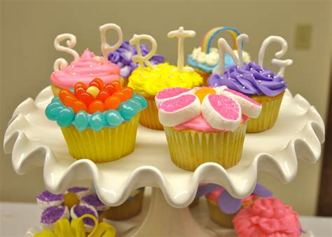 How To Decorate Cupcakes With A Ziploc Bag by How To Decorate A Cupcake Like A Flower