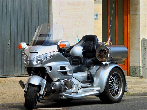 Dreirad Motorrad Honda by Honda Gold Wing Dreirad Mit Einem Tierischen Beifahrer Am