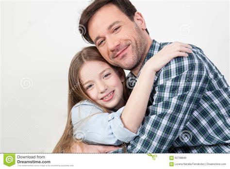padre coje a su hija dormida hija se coje a su padre videos padre e hija que se dan un