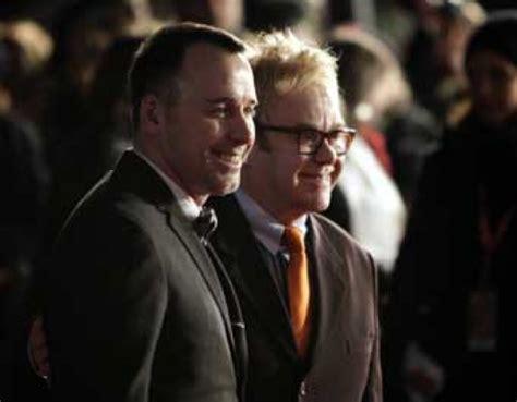 elton john pasangan elton john resmi menikah dengan pacar gay nya seleb tempo co