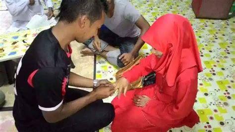 Baju Bola Sepasang pria malaysia ini nikahi seorang wanita hanya memakai baju bola uzone